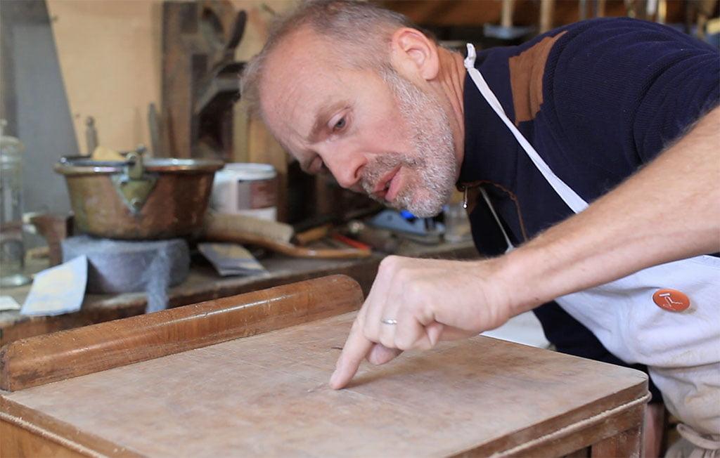 Formation restaurer meuble bois - Illustration de la démonstration d'un geste