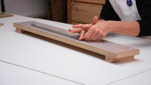 Apprendre l'encadrement - Encollage de bandes de papier à remborder - Gros plan