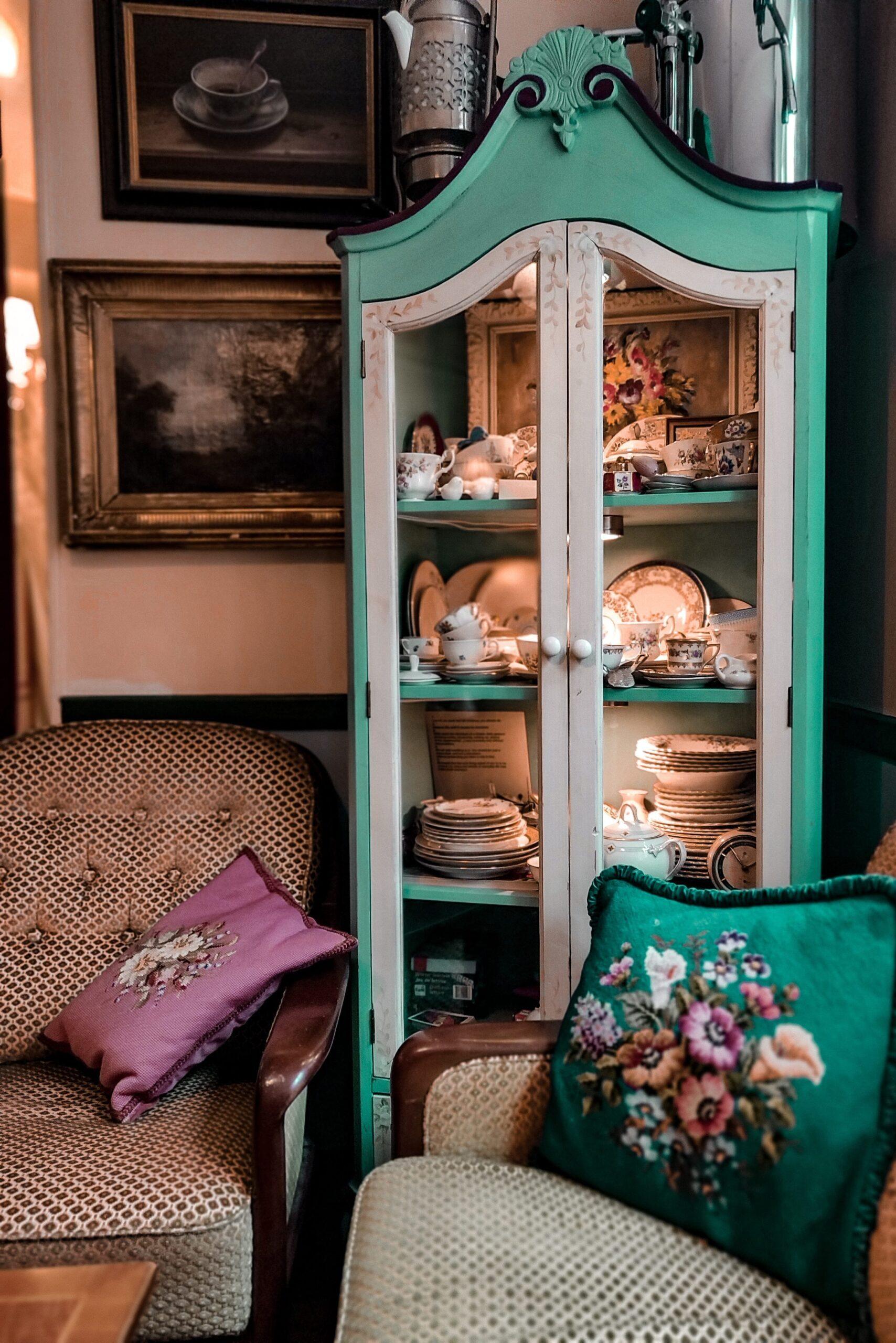 Exemple d'un meuble après rénovation : une vitrine bicolore
