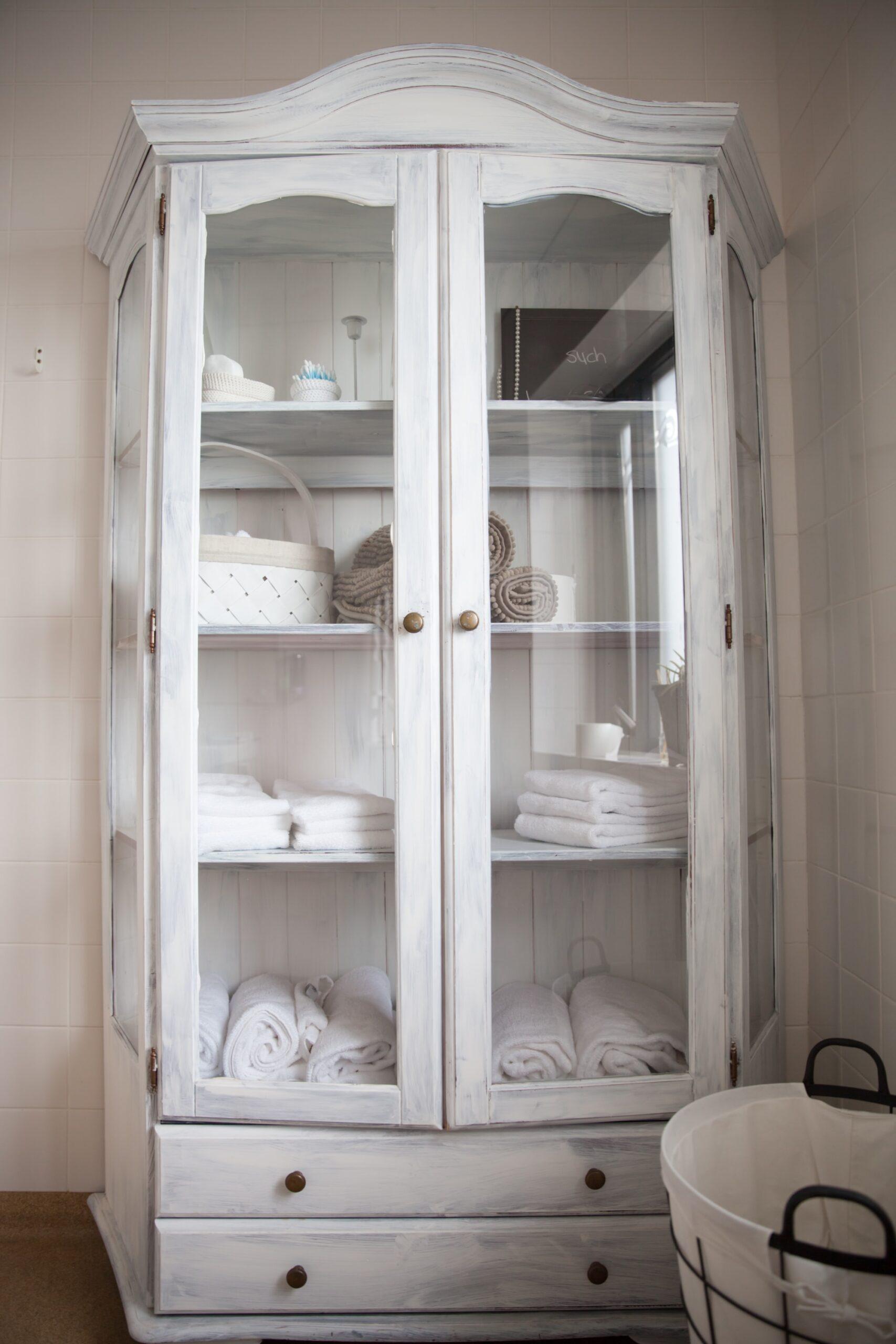 Exemple d'un meuble après rénovation : une vitrine ancienne vitrine convertie en armoire à linge de maison
